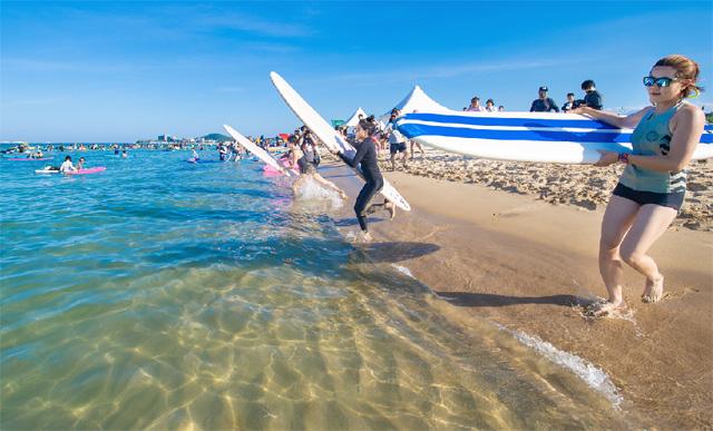 ▲ 고성 삼포해변 서핑축제 '미드나잇 피크닉 페스티벌'이 지난 13일부터 15일 까지 삼포해수욕장 일원에서 서핑족과 관광객 등이 참여한 가운데 개최됐다.