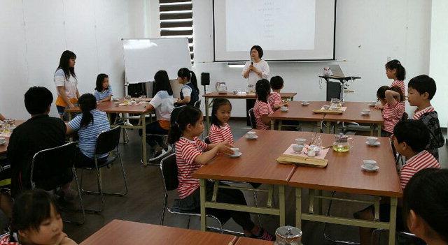 ▲ 화이통협동조합은 최근 마차초등학교 학생들을 대상으로 꽃차문화 체험 행사를 진행했다.