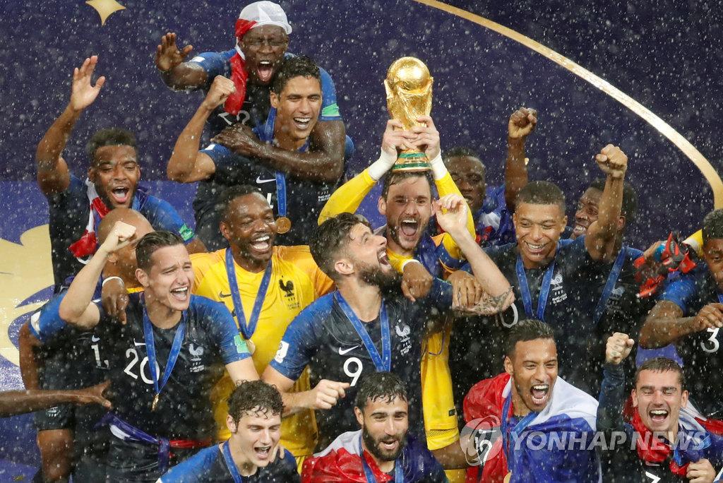 ▲ 20년 만의 월드컵 우승컵 안은 프랑스 선수들[연합뉴스=로이터]