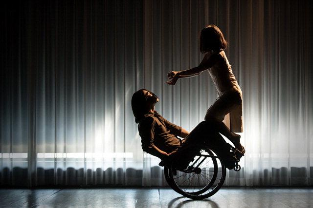 ▲ 내달 7일 개막을 앞둔 춘천아트페스티벌에서 선보이는 안티컨템포러리 무용 듀엣공연 '좁은골목'의 한 장면.