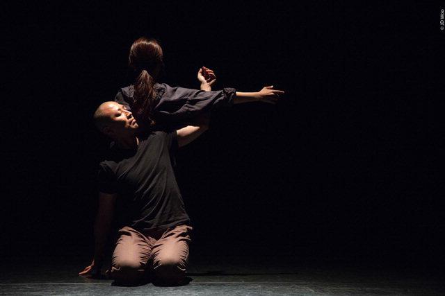 ▲ 2018춘천아트페스티벌 개막무대에서 안티 컨템포러리가 댄스프로젝트 '좁은 골목'을 선보이고 있다.