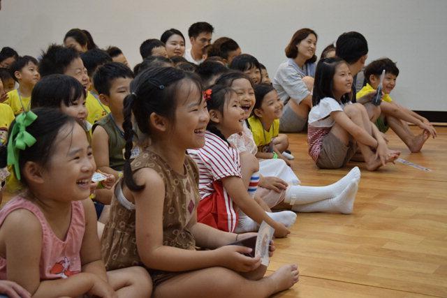 ▲ 제5회 명주인형극제가 지난 8일 개막,9일부터 본행사 일정에 돌입한 가운데 어린이들이 인형극 공연을 관람하고 있다.