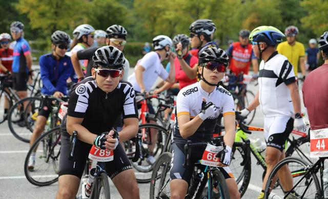▲ 원주 오크밸리가 개최한 지난해 대회에 참가자들이 자전거를 타며 여유를 만끽하고 있다.