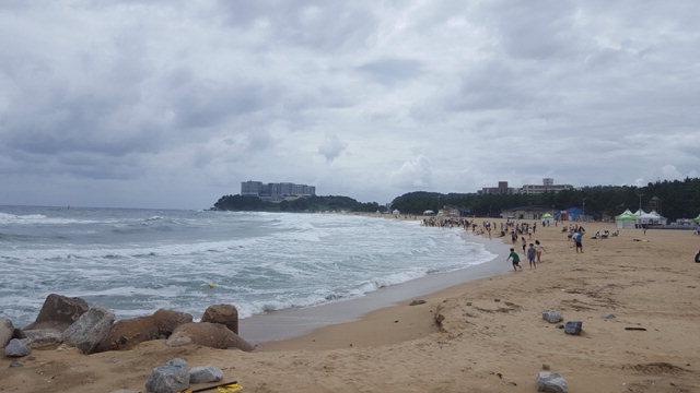 ▲ 제13회 전국해양스포츠제전 개최지인 속초해수욕장이 16일 궂은 날씨로 썰렁한 모습이다.