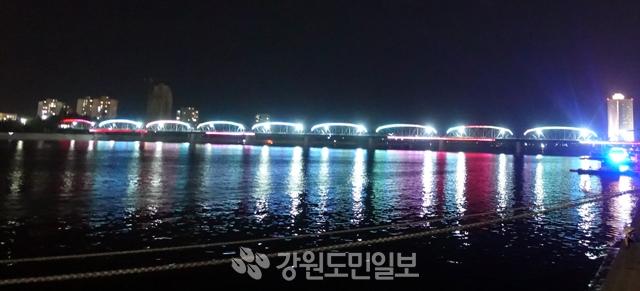 ▲ 화려한 조명 속 평양 대동강 다리 북한 대동강변의 야경.대동강 다리가 색색의 조명들로 환하게 빛나고 있다. 평양/박지은