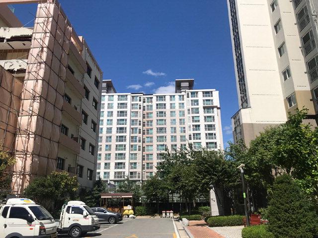 ▲ 17일 퇴계동의 한 공사현장에서 20여m 떨어진 아파트 주민들이 소음과 먼지로 인한 피해를 호소하고있다.