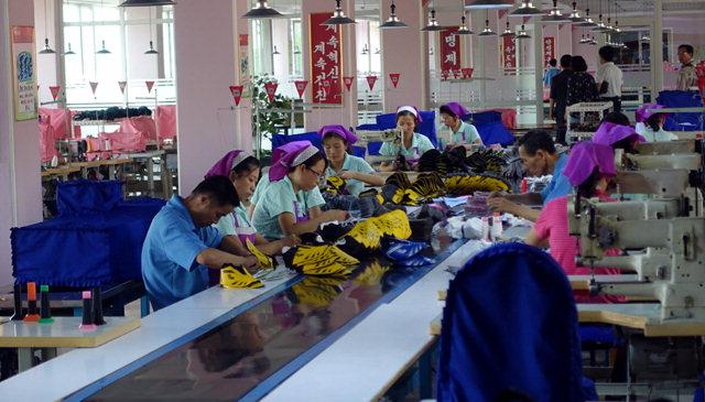 ▲ 류원신발공장 민간방북단은 최근 평양 류원신발공장을 시찰했다.근로자들이 신발을 제작하고 있다.