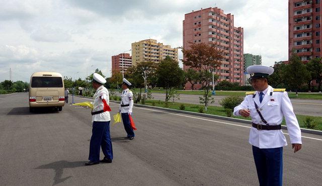 ▲ 북한 교통경찰 평양 한 거리에서 교통경찰이 차량 이동을 안내하고 있다.