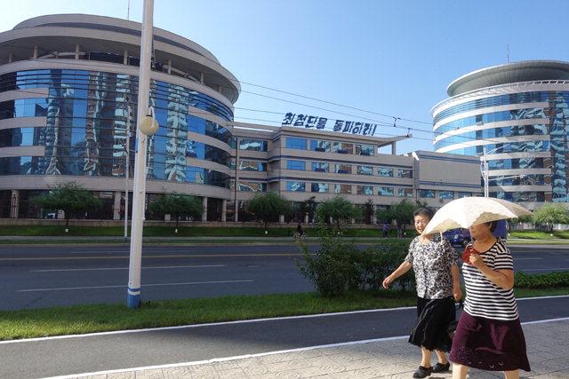 ▲ 평양미래과학자의 거리 평양시민들이 평양 미래과학자의 거리를 걷고 있다.
