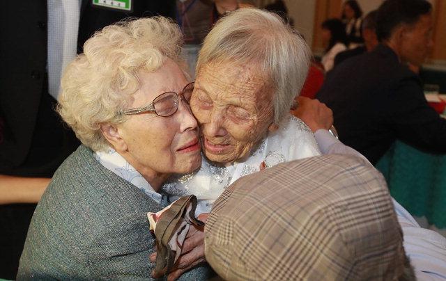 ▲ 언니야… 금강산 이산가족상봉에서 남측 조혜도(86)할머니가 북측에서 온 언니 조순도(89) 할머니를 보고 오열하고 있다. 사진/공동취재단