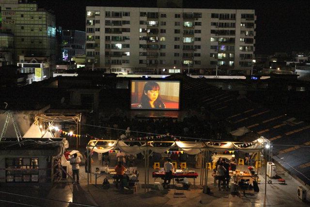 ▲ 2018 원주옥상영화제가 29일부터 9월1일까지 열린다.사진은 지난해 관람 모습.