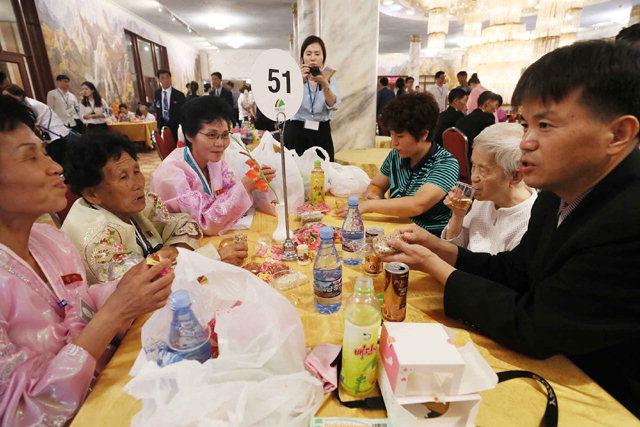 ▲ 제21차 이산가족 상봉행사 1회차 둘째날인 21일 오후 금강산호텔에서 열린 단체상봉에서 남측의 이금연(87·홍천 서면·사진 오른쪽 두번째) 할머니 가족이  간식을 먹으며 대화를 나누고 있다.