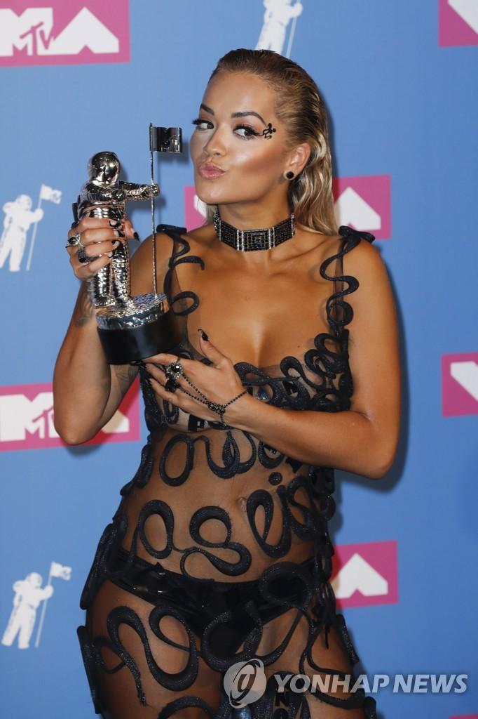 ▲ 지난 20일(현지시간) 미국 뉴욕 라디오시티 뮤직홀에서 열린 제35회 '2018 MTV 비디오 뮤직 어워즈'에서 수상한 영국 팝스타 리타 오라가 기자회견장에서 상을 들고 포즈를 취하고 있다. 리타 오라는 '베스트 댄스 비디오(Best Dance Video)'상을 수상했다.
