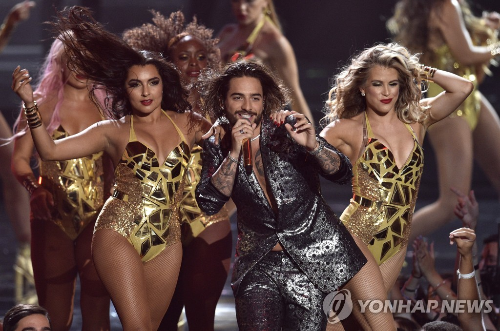 ▲ Maluma, center, performs at the MTV Video Music Awards at Radio City Music Hall on Monday, Aug. 20, 2018, in New York. (Photo by Chris Pizzello/Invision/AP)