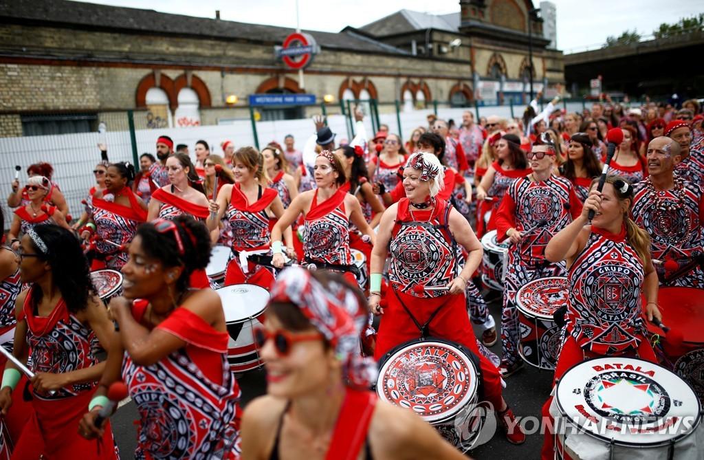 ▲ 27일(현지시간) 영국 런던에서 열린 '노팅힐 카니발' 퍼레이드에 참가한 무용수들이 화려한 의상을 입고 연기를 선보이고 있다. 1966년부터 이어져 온 이 연례 축제는 유럽 내 최대 규모의 카니발 중 하나이다.