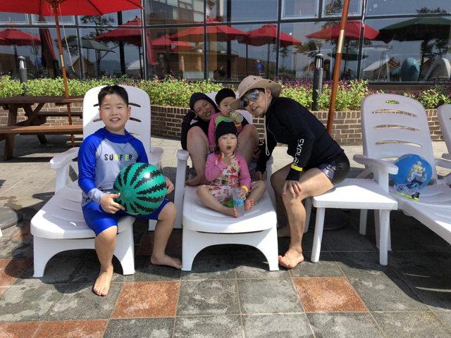 ▲ 아이들 여름방학과 휴가를 맞아 리조트로 피서를 떠난 전미라씨 가족.
