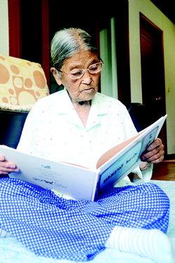 ▲ 97세 나이에도 독서를 즐기는 이옥남 할머니.