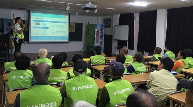 ▲ 강릉경찰서(서장 김진복)는 3일 주문진 노인대학에서 어르신 일자리 사업 참여자 50여 명을 대상으로 '교통안전 교육'을 실시했다.