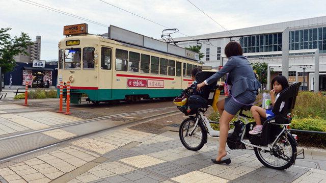 ▲ ④ 도야마역을 막 나서는 오래된 모형의 트램과 전기자전거를 이용하는 시민의 모습은 현재와 과거가 함께 공존하는 콤팩트시티 도야마를 잘 나타내고 있다. 박상동
