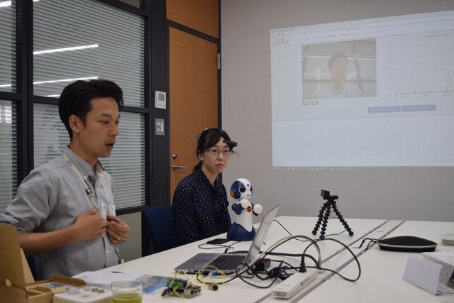▲ 돗토리시에 위치한 주식회사 라식 직원들이 디지털헬스케어를 접목한 전도방지 시스템에 대해 설명하고 있다.