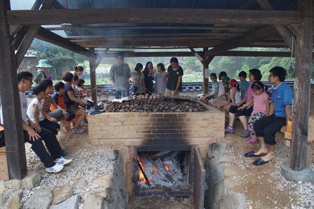 ▲ 축제 참가자들이 삼굿구이 를 체험하고 있다