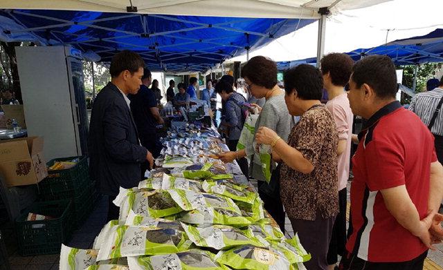 ▲ 정선군은 12일 서울 노원구청 광장에서 추석을 앞두고 농특산물 직거래 장터를 개장했다.