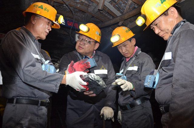 ▲ 유정배 석탄공사 사장이 12일 도계광업소에서 채탄현장을 점검하고 있다.