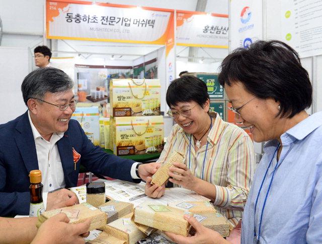 """▲ """" 상품 좋습니다"""" 춘천의 한 식품업체관계자가 홍콩 바이어들에게 제품을 설명하고 있다."""