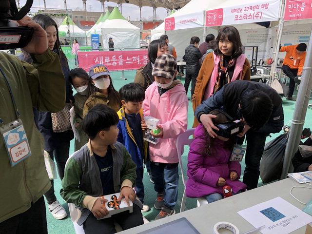 ▲ 제튼이 최근 한 행사장에서 청소년들을 새상으로 교통안전 등 가상현실(VR)을 통한 안전교육을 진행하고 있다.