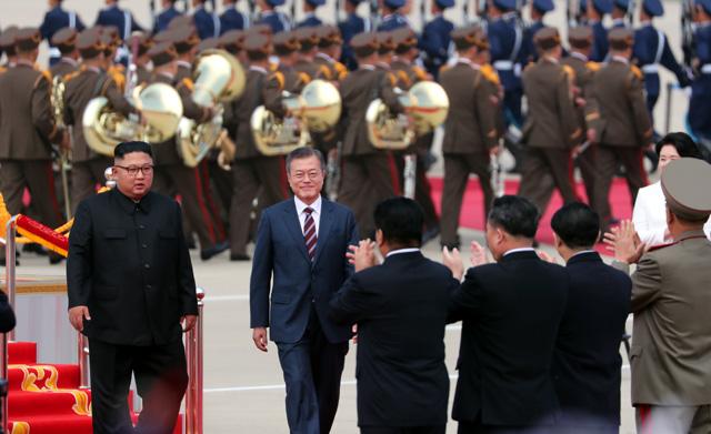 ▲ 문재인 대통령이 18일 오전 평양 순안공항 도착해 김정은 국무위원장의 영접을 받으며 공식환영식을 하고 있다. 2018.9.18