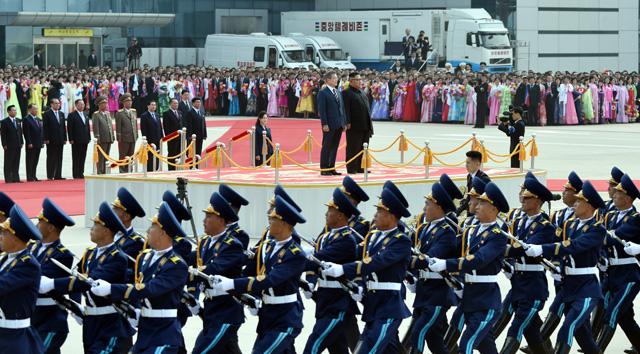 ▲ 문재인 대통령과 북한 김정은 국무위원장이 18일 오전 평양 순안공항에서 함께 의장대 사열을 받고 있다. 2018.9.18