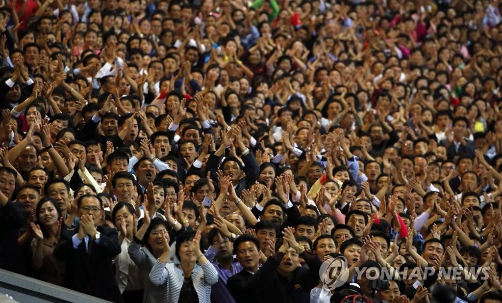 ▲ 19일 밤 평양 5.1 경기장에서 열린 '빛나는 조국' 공연에서 평양 시민들이 남북 정상이 입장하자 박수를 치며 환영하고 있다. 2018.9.20