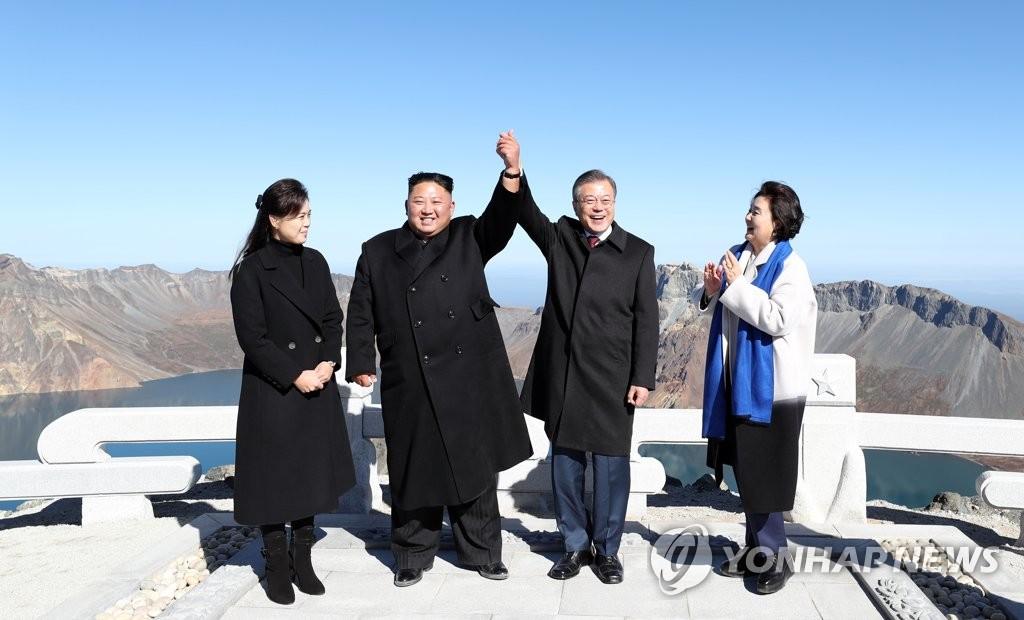 ▲ 문재인 대통령과 북한 김정은 국무위원장이 20일 오전 백두산 정상인 장군봉에 올라 손을 맞잡고 들어 보이고 있다.