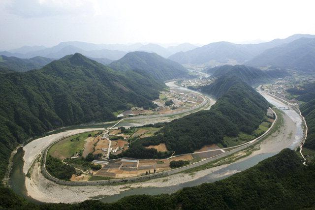 ▲ 정선군 북평면 문곡리 상정바위 정상에서 조망할 수 있는 '한반도 지형'은 남·북한 명산 소개 트레킹 코스로 주목 받고 있다.