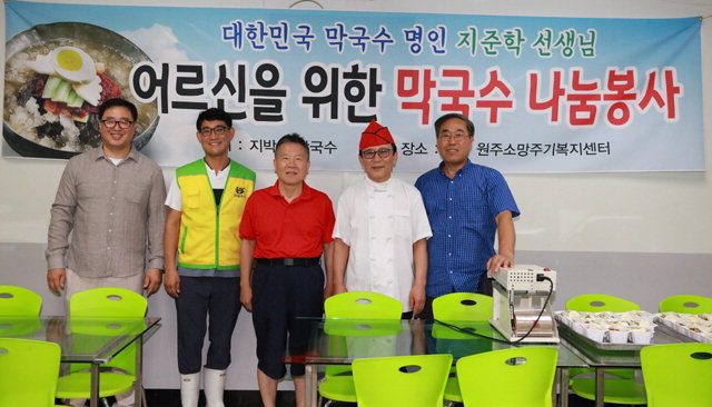 ▲ 매주 토요일 소망주기복지센터에서 음식 나눔 행사를 갖는 지준학씨.