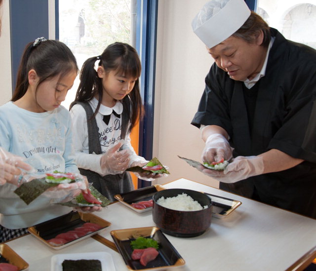 ▲ 와카야마현을 찾은 학생들이 해산물을 활용한 음식 만들기 체험을 하고 있다.