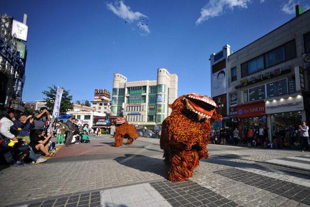 ▲ 제53회 설악문화제 거리페스티벌이 12∼14일 속초 로데오 거리에서 열린다. 사진은 지난해 향토북청사자 공연 모습.