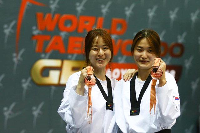 ▲ 올림픽 금 오혜리 지난달 19일 대만에서 열린 2018 월드태권도그랑프리 시리즈 3차 대회 여자 67㎏급에서 나란히 동메달을 획득한 오혜리(왼쪽)와 김잔디가 밝게 웃으며 메달을 들어 보이고 있다.