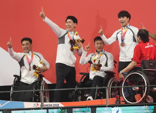▲ 시상대에서 동메달을 받고 손가락을 들어보는 수영 남북 단일팀 선수들