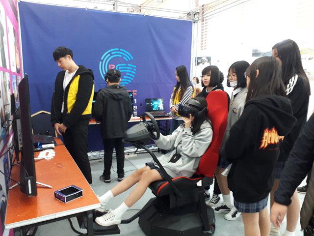 ▲ 제3회 강원과학기술대축전이 열린 11일 호텔인터불고 원주에서 청소년들이 가상현실 체험 프로그램에 참여하고 있다.