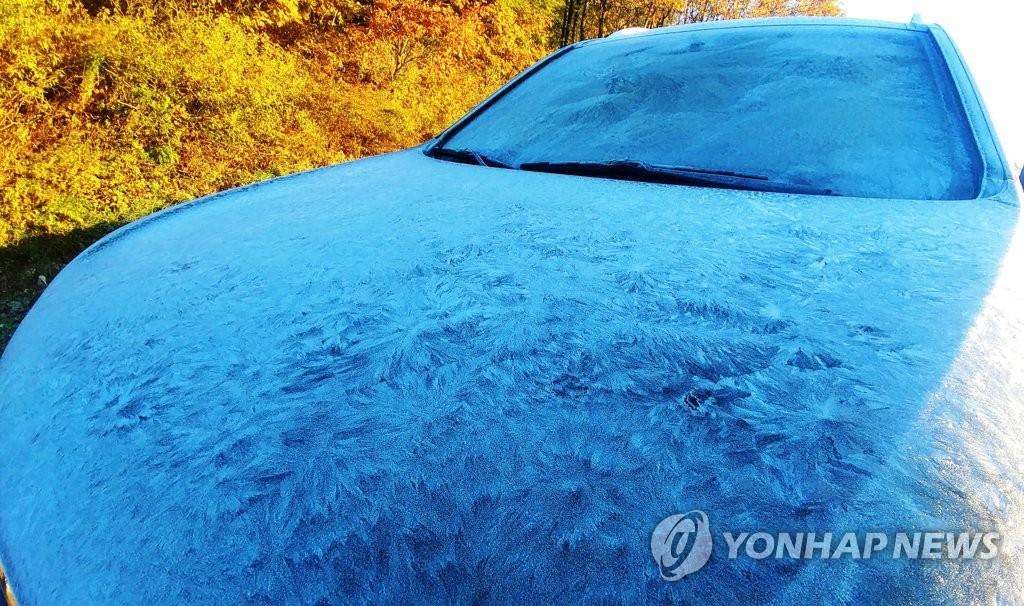▲ 올가을 들어 가장 추운 날씨를 보인 12일 아침 강원 대관령 자락에 주차된 차량이 밤사이 얼어 하얗게 변해 있다. 대관령은 이날 오전 영하 2.8도를 기록했다.
