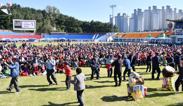 ▲ 제24회 삼척시민의 날 행사가 12일 종합운동장에서 김양호 시장과 시민들이 참석한 가운데 열렸다.