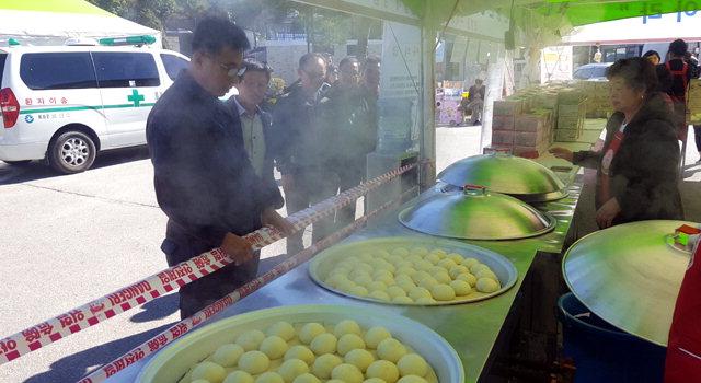 ▲ 제12회 안흥찐빵축제가 12일 안흥찐빵마을에서 개막한 가운데 방문객들이 안흥찐빵을 맛보고 있다.