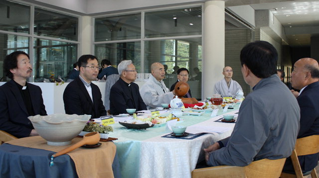 ▲ 강원도종교평화협의회가 12일 평창 오대산 월정사에서 도내 종교지도자들이 참석한 가운데 제27차 정기회의를 가졌다.