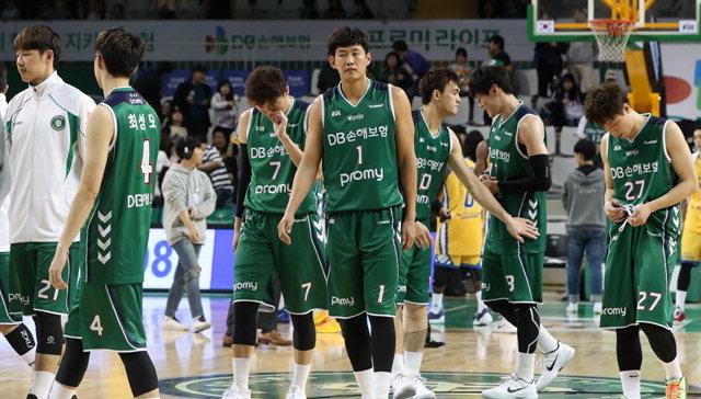 ▲ 지난 14일 원주종합체육관에서 열린 원주 DB 프로미와 서울 삼성 썬더스의 경기.DB 선수들이 삼성에 71-86 으로 패배한 후 코트를 빠져나가고 있다.