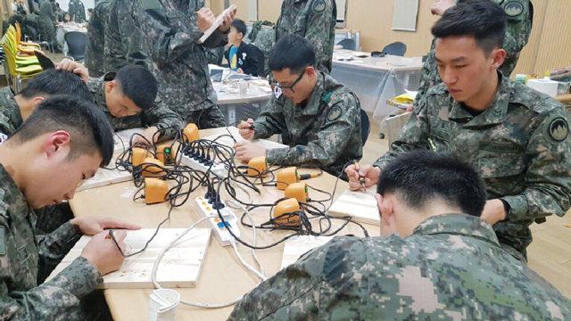 ▲ 양구 방산면은 평일 외출하는 군장병을 위해 목공예 배우기 프로그램 등을 운영한다.