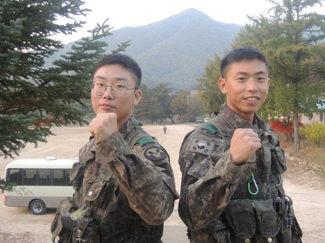 ▲ 응급상황에서 군인을 응급조치한 5포병여단 828대대 소속 김민철(24)·김수철(22) 하사.