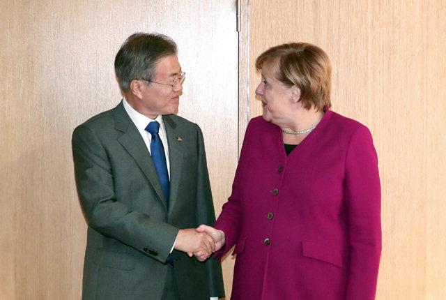 ▲ 아셈(ASEM·아시아유럽정상회의)정상회의에 참석한 문재인 대통령이 19일 오전(현지시간)벨기에 브뤼셀 유럽연합이사회 본부에서 앙겔라 메르켈 독일 총리와 회담하기 앞서 악수를 하고 있다.