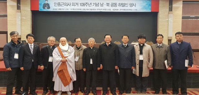 ▲ 남북 종교지도자들이 지난 26일 중국 헤이룽장성 하얼빈시에서 종교분야 남북교류 등을 논의한 후 기념사진을 촬영했다.
