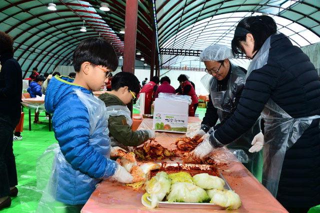 ▲ 지난해 축제에서 김장체험을 하고 있는 가족.